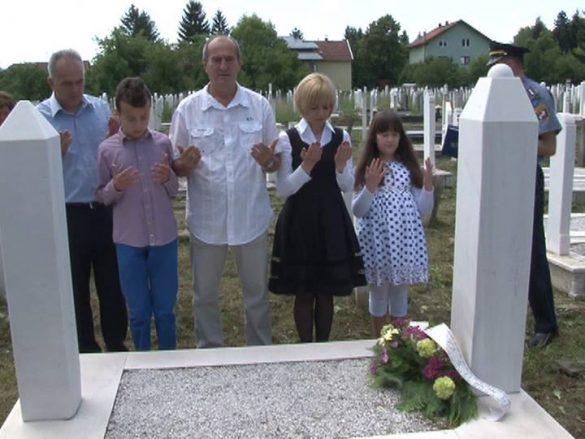porodica Ljubuskic na Tarikovom mezarju- na petu godisnjicu teroristickog cina