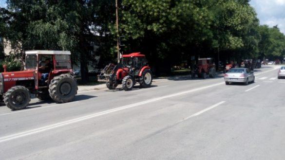 sa_traktorima_prosli_pored_opcinske_zgrade